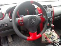 Элементы интерьера выкрашены в красный цвет Yamaha Red. Руль обшит комбинированной красно-черной кожей