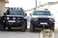 Черный FJ Cruiser:  - установка бампера ARB с оптикой IPF; - установка и подключение лебедки WARN; - установка линзованого Bi-Xenon; - установка омывателей фар; - покраска серебристых элементов в черный цвет; - расширители арок Bushwacker